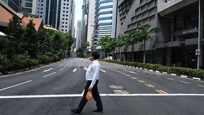 Dua warga Singapura diketahui keluar rumah saat melakukan isolasi selama 14 hari. Keduanya terancam dipenjara 6 bulan dan denda US$10 ribu (sekitar Rp165 juta).