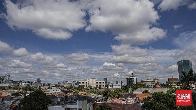 Pemandangan langit Jakarta dari kawasan tendean, Jakarta Selatan, Selasa, 7 April 2020. CNN Indonesia/Bisma Septalisma
