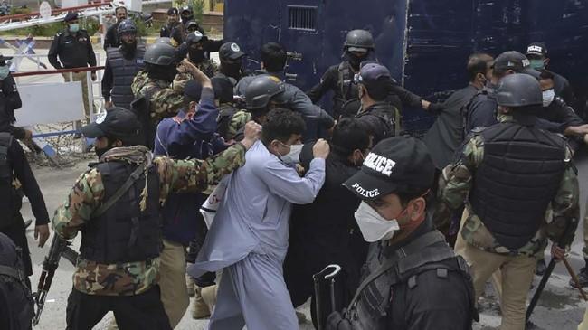 53 dokter yang diamankan kemudian diinterogasi selama beberapa jam sebelum pemerintah setempat meminta mereka dilepaskan.(Banaras KHAN/AFP)