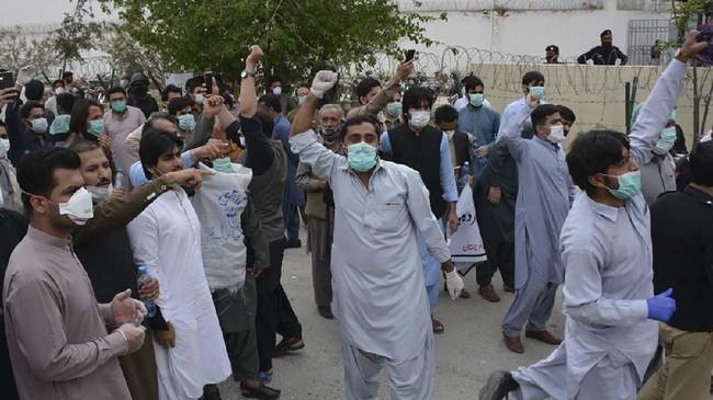 Sekitar 53dokter di Pakistan ditangkap oleh polisi pada Senin (6/4) usai mengelar aksi unjuk rasa memprotes minimnya alat pelindung diri (APD).(Banaras KHAN/AFP)