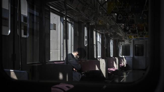 Status darurat diperkirakan akan diterapkan di beberapa negara bagian yang sangat terdampak pandemi corona selama setidaknya 21 hari. Beberapa wilayah itu termasuk Tokyo, Osaka, dan Hyogo.(Photo by Philip FONG / AFP)