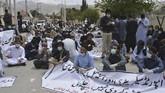 Penangkapan ini dilakukan setelah lebih dari 100 dokter dan tim medis menggelar aksi protes di dekat rumah sakit pusat hingga ke kediaman menteri kesehatan di Quetta, Pakistan.(Banaras KHAN/AFP)