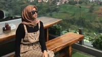 <p>Potret Salsabillih saat menikmati pemandangan alam dari ketinggian. (Foto: Instagram @salsabillih06)</p>