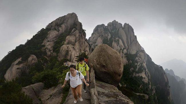 Akhir pekan kemarin, sejumlah objek wisata di China kembali ramai pengunjung. Ahli kesehatan memperingatkan pandemi belum berakhir.