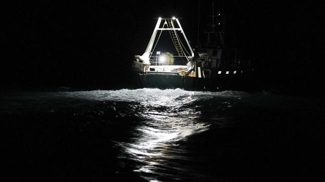 Nelayan di Italia masih melaut mencari ikan meski virus corona telah menekan permintaan atas hasil tangkapan mereka.