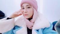 <p>Penampilan yang kalem dengan hijab dan topi kupluk pink. (Foto: Instagram @kimmiso1194)</p>