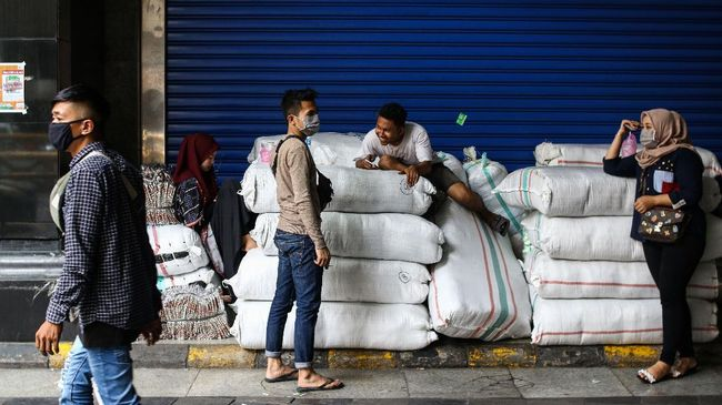 Pedagang berada di depan Blok A, Pasar Tanah Abang, Jakarta, Senin (6/4/2020). Pemerintah Provinsi DKI Jakarta memperpanjang penutupan sementara Pasar Tanah Abang hingga 19 April 2020 sebagai bentuk pencegahan penyebaran COVID-19. ANTARA FOTO/Rivan Awal Lingga/hp.