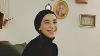 <p>Gaya hijab Kim Miso sehari-hari, biasanya dilengkapi dengan anting yang panjang. (Foto: Instagram @kimmiso1194)</p>