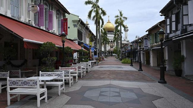 A general view shows restaurants on a quiet alley leading to the Sultan Mosque in Singapore on April 7, 2020, as the country ordered the closure of all businesses deemed non-essential as well as schools to combat the spread of the COVID-19 novel coronavirus. - Singapore's usually bustling business district was almost deserted on April 7 as most workplaces in the city-state closed to stem the spread of the coronavirus after a surge in cases. (Photo by Roslan RAHMAN / AFP)