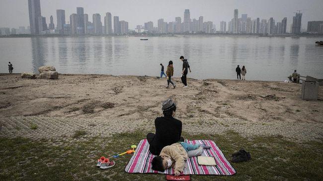 Air mata Guo Jing mengalir ketika Departemen Pencegahan dan Pengendalian Virus Provinsi Hubei, China, mengumumkan lockdown akan dicabut.