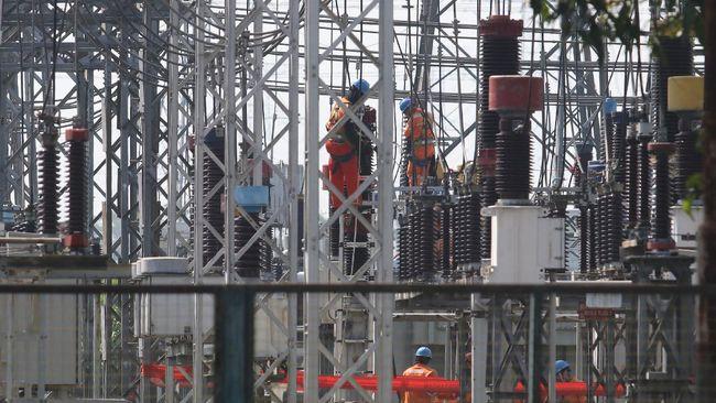 Sekitar 666 pelanggan PLN di wilayah Jakarta dan sekitarnya terkena dampak pemadaman listrik imbas rusaknya dua unit gardu karena banjir, Jumat (19/2).