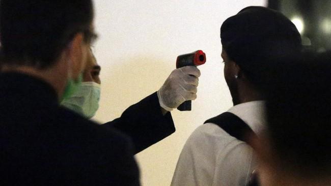 Legenda Brasil, Ronaldinho keluar dari penjara dan tinggal di hotel untuk menjalani status tahanan rumah terkait tuduhan pemalsuan paspor.