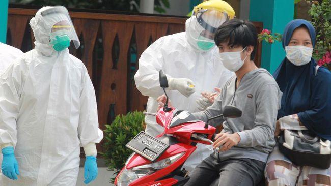 Petugas Dinas Kesehatan Kota Tangerang Selatan mengambil sampel darah warga saat tes cepat (rapid test) COVID-19 dengan sistem