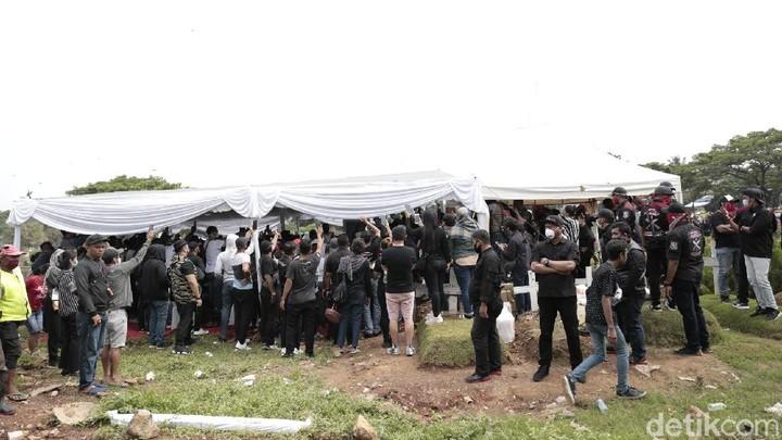Glenn Fredly dimakamkan di TPU Tanah Kusir, Jakarta Selatan. Mata Mutia Ayu terlihat sembap, tapi tetap tegar mengikuti prosesi pemakaman mendiang suami.