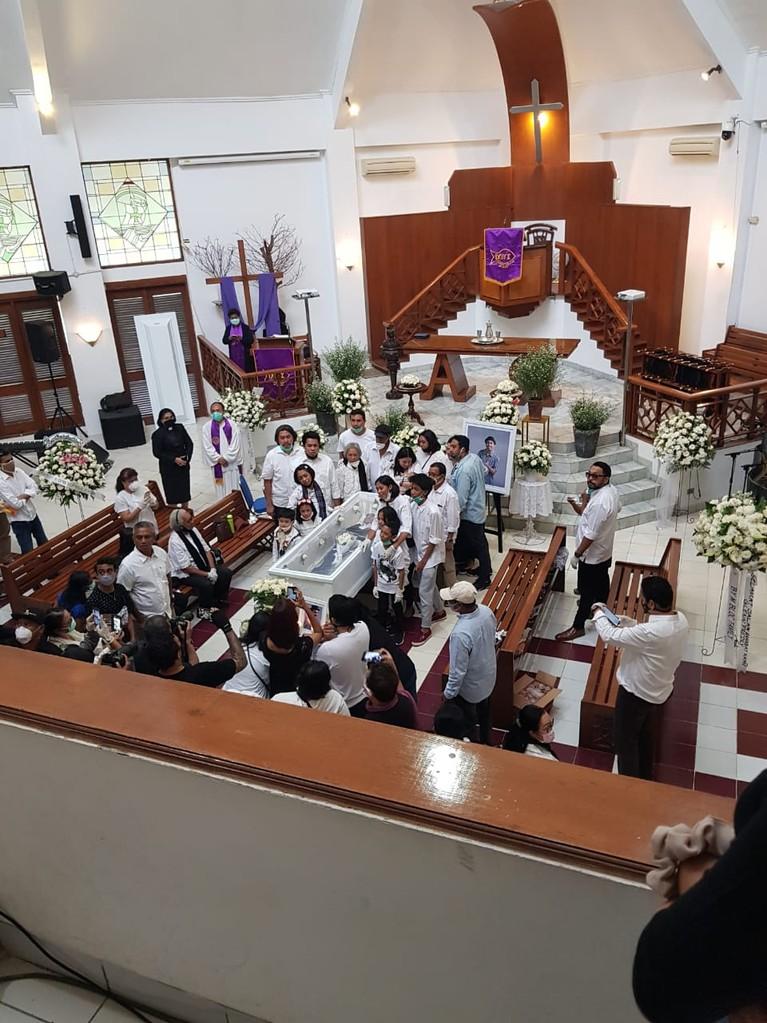 Keluarga melakukan ibadah pelepasan dan penghormatan terakhir untuk jenazah Glenn Fredly di GPIB Sumber Kasih, Kamis (9/4).