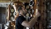 Sebuah pabrik penyulingan wiski dan gin di Belgia mengubah produksi pabrik menjadi alkohol murni untuk membuat disinfektan gel tangan.