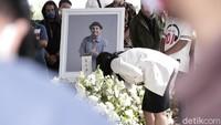 <p>Wanita ini mengenakan pakaian bernuansa putih hitam. (Foto: Hanif Hawari/detikHOT)</p>