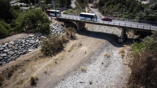 Undang-Undang Chile menyatakan bahwa air merupaan sumber daya yang digunakan untuk publik. Namun eksploitasi air diserahkan seluruhnya ke sektor swasta.(Martin BERNETTI / AFP)