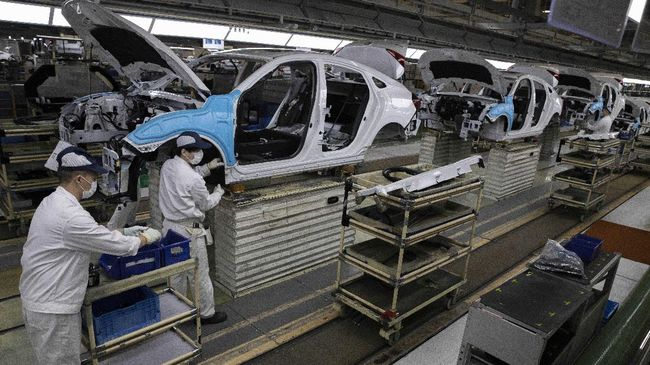 Workers assemble cars at the Dongfeng Honda Automobile Co., Ltd factory in Wuhan in central China's Hubei province on Wednesday, April 8, 2020. Wuhan is a major center for heavy industry, particularly autos, and while many major plants have restarted production after a major disruption due to the coronavirus, the small and midsize businesses that employ the most people are still hurting from both a lack of workers and demand. (AP Photo/Ng Han Guan)