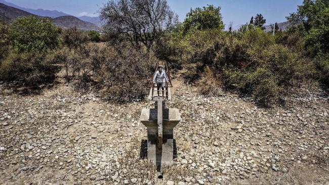Eksploitasi sumber air selama bertahun-tahun membuat sebagian besar waduk di Chile berubah menjadi kering.(Martin BERNETTI / AFP)