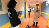 Sejumlah robot digunakan untuk membantu tenaga medis dan pasien positif virus corona di Italia.