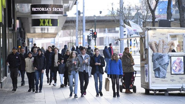 People walk together during the coronavirus pandemic in Stockholm, Sweden, Saturday, April 4, 2020. Swedish authorities have advised the public to practice social distancing because of the coronavirus pandemic, but still allow a large amount of personal freedom, unlike most other European countries. The new coronavirus causes mild or moderate symptoms for most people, but for some, especially older adults and people with existing health problems, it can cause more severe illness or death. (Henrik Montgomery/TT via AP)