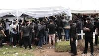 <p>Seperti ini suasana pemakaman Glenn Fredly, ramai didatangi para pelayat. (Foto: Hanif Hawari/detikHOT)</p>