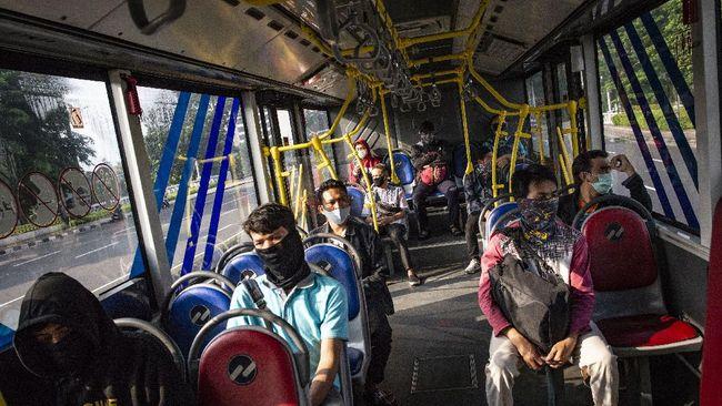 Penumpang menaiki bus TransJakarta di Jakarta, Jumat (10/4/2020). Pemprov DKI Jakarta membatasi jumlah penumpang dan jam operasional angkutan umum dalam penerapan Pembatasan Sosial Berskala Besar (PSBB) yang dimulai pada 10 April 2020 untuk pencegahan penyebaran COVID-19. ANTARA FOTO/Aprillio Akbar/pras.