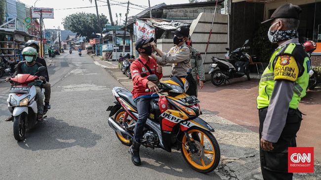 Aparat polisi mulai memberhentikan pengendara motor yang tidak memakai masker atau masih membonceng penumpang, Jumat (10/4).