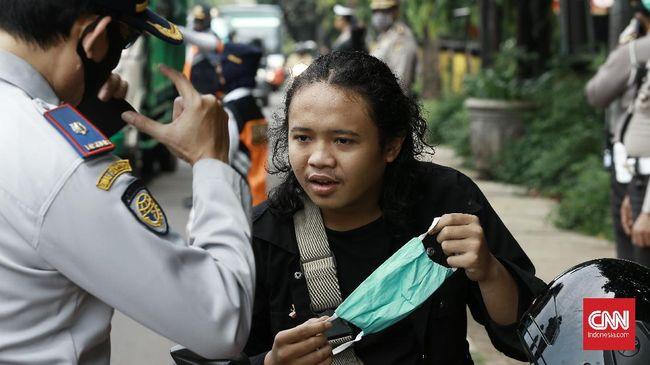 Polda Metro Jaya mulai mendata pelanggar PSBB di Jakarta mulai Senin (13/4). Polisi telah melakukan sosialisasi PSBB sejak Jumat (10/4).