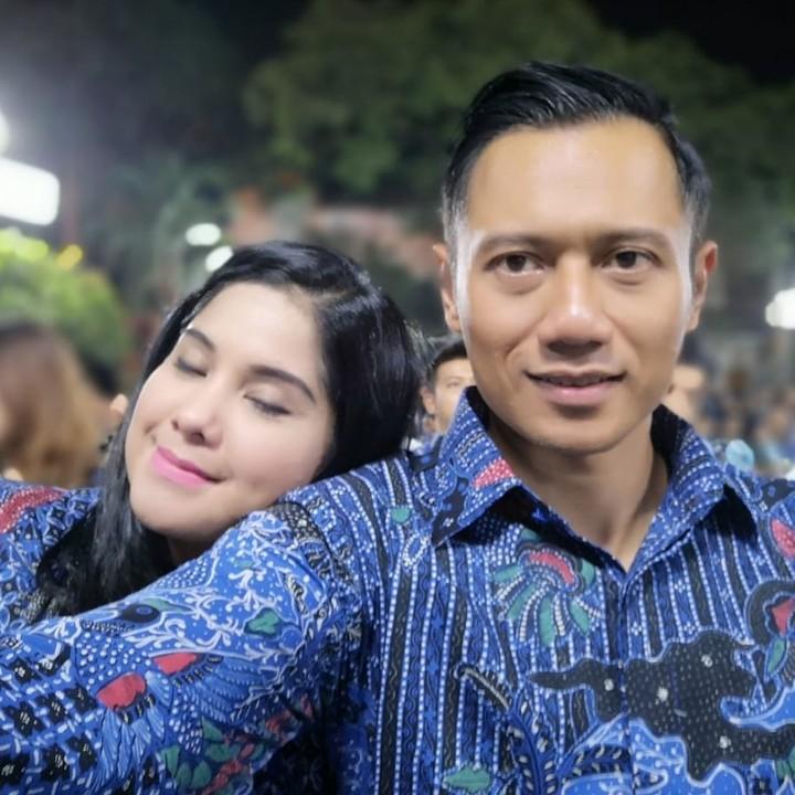 Annisa Pohan dan Agus Harimurti Yudhoyono dikenal sebagai pasangan yang romantis. Momen kemesraan keduanya tak kalah mesra dengan adegan drama Korea.