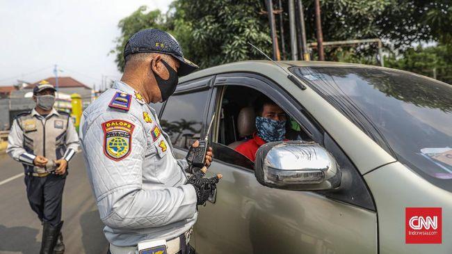 Sejumlah petugas Dinas Perhubungan didampingi Petugas Kepolisian dan Satpol PP Kota Bekasi melakukan operasi pengawasan pelaksanaan Pembatasan Sosial Berskala Besar (PSBB) di Jalan Raya Pagelarang, Jatiwarna, Bekasi. Operasi tersebut dilakukan sebagai upaya memutus mata rantai penyebaran COVID-19. CNN Indonesia/Bisma Septalisma