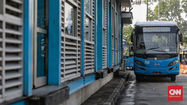 Langkah penambahan armada Transjakarta dilakukan guna mengantisipasi lonjakan penumpang yang diprediksi akan meningkat seiring pemberlakuan ganjil-genap.
