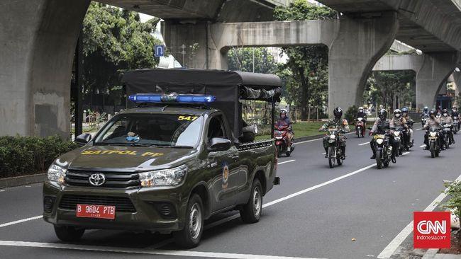 Polisi, TNI dan Satpol PP patroli dalam rangka hari pertama pemberlakuan PSBB di Jakarta Selatan.