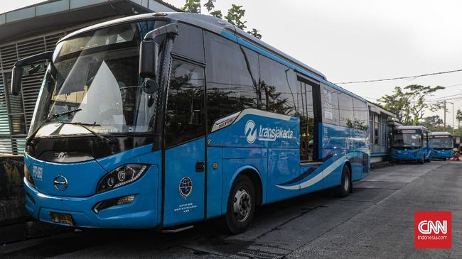 Suasana halte bus Transjakarta Terminal Kampung Rambutan, Jakarta Timur, Jumat, 10 April 2020. Pasca diterbitkannya Permenkes tentang Pembatasan Sosial Berskala Besar (PSBB) dalam rangka Percepatan Penanganan COVID-19, moda transportasi MRT, KRL, LRT, dan Transjakarta mulai dilakukan pembatasan armada dan jam operasional. CNN Indonesia/Bisma Septalisma