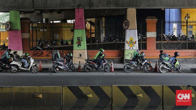 Gubernur DKI Jakarta mengindahkan Permenub dengan menegaskan ojol tak boleh mengangkut penumpang selama PSBB karena tetap merujuk pada Permenkes.
