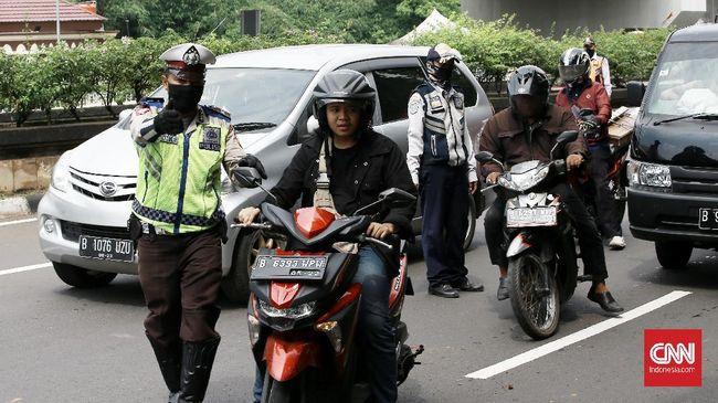 Aparat polri bersama dishub melakukan pemeriksaan pengendara roda dua dan empat di Jalan Ciputat Raya, Jakarta Selatan,  pemeriksaan bertujuan menghimbau pengendara untuk menggunakan masker dan peraturan posisi duduk dan jumlah penumpang selama PSBB. Jakarta. Jumat (10/4/2020). Polda Metro Jaya membangun 20 titik pos di perbatasan Jakarta untuk mengawasi kendaraan yang keluar masuk Ibu Kota selama masa pembatasan sosial berskala besar atau PSBB. CNN Indonesia/Andry Novelino