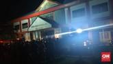 Ratusan narapidana di Lapas Kelas IIA, Manado, mengamuk dan membakar fasilitas saat meminta untuk dilepas karena takut Virus Corona, Sabtu (11/4).