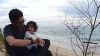 <p>Dalam foto laintampak Teuku Mirza membawa sang putri ke pantai. Foto itu diunggah jauh sebelum pandemi corona ya, Bun. (Foto: Instagram @teukumirza)</p>