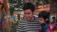 <p>Berbeda dari <em>image</em>-nya di TV sebagai peran antagonis, Teuku Mirza aslinya seorang suami dan ayah yang penyayang. (Foto: Instagram @teukumirza)</p>