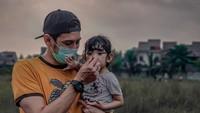 """<p>Kedekatan Teuku Mirza dan sang putri juga terlihat dalam foto yang satu ini. """"<em>Selma gak mau pake masker? ya udah ayah tutup aja hidungnya ya.. tangan ayah bersih kok</em>,""""tuturTeuku berguyon. (Foto: Instagram @teukumirza)</p>"""