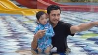 <p>Salah satunya saat Teuku Mirza menemani sang putri tercinta berenang. (Foto: Instagram @teukumirza)</p>