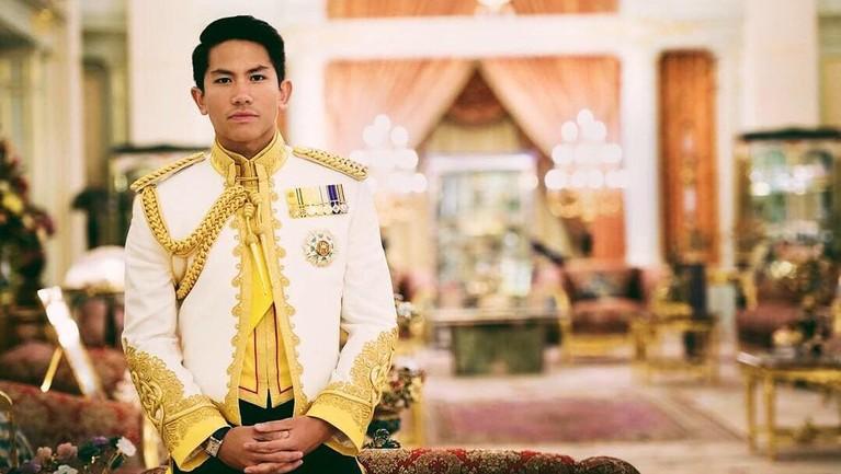 Media sosial tengah viral atas ketampanan dari putra keempat Sultan Hassanal Bolkiah dari Brunei Darussalam, Pangeran Mateen. Berikut fakta-fakta tentangnya.