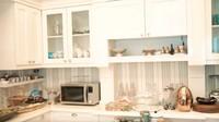 <p>Wow! Wujud dapur Sandiaga yang bernuansa putih pun terlihat elegan. Beruntung ya Mpok Nur Asia bisa memasak makanan dengan nyaman. (Foto: YouTube Atta Halilintar)</p>