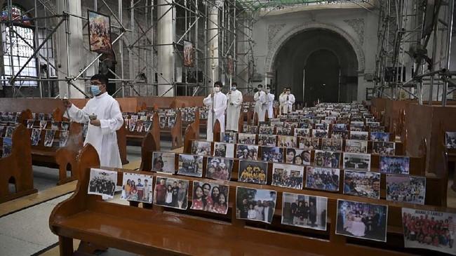 Ada yang berbeda dengan perayaan Paskah kali ini, misa dilakukan secara daring dan pastor memimpin doa di gereja tanpa kehadiran umat.