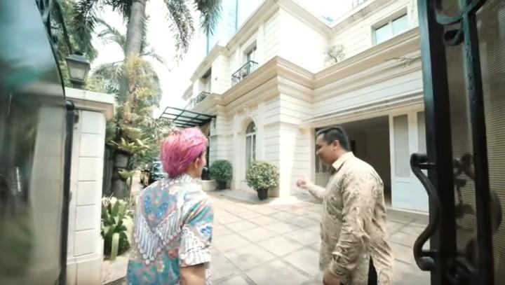 Sandiaga Uno menempati rumah mewah di kawasan Jakarta Selatan. Yuk intip seperti apa berbagai sisi tempat tinggal yang harganya ditaksir mencapai Rp 100 M ini.