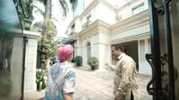 <p>Inilah rumah Sandiaga Uno yang ditempati bersama istri dan anaknya. Terletak di kawasan elit di Jakarta Selatan. (Foto: YouTube Atta Halilintar)</p>