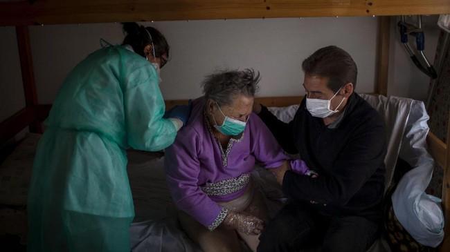Lansia di Poble Sec, Barcelona rentan terinfeksi virus corona tak ada lagi dukungan dari petugas kesehatan yang biasanya datang secara sukarela.