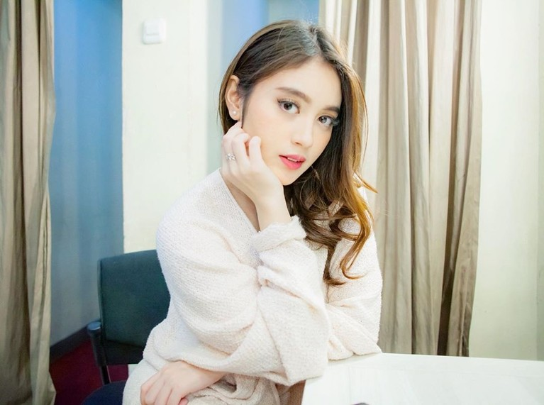 Semenjak lulus dari JKT48, Nabilah Ratna Ayu fokus bersolo karier. Penampilan dara berusia 20 tahun ini pun berubah drastis. Simak perubahannya yuk!