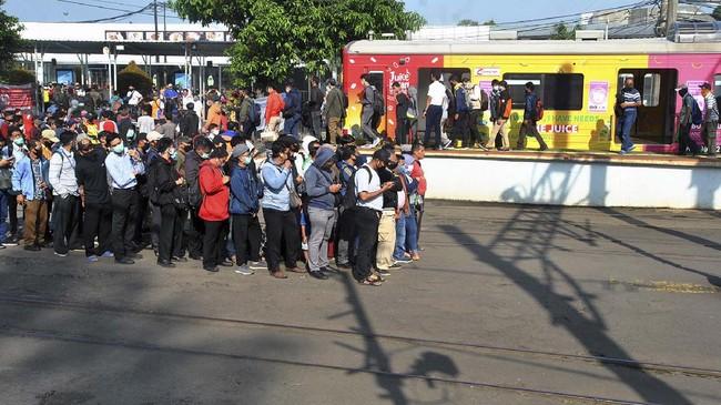 Senin (13/4) adalah hari kerja pertama masa pembatasan sosial berskala besar berlaku di DKI Jakarta di mana KRL tetap padat seperti hari biasa.